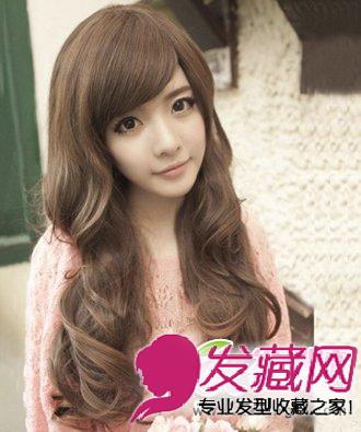 也是韩国今年最为流行的一款 女生发型 ,将长发烫上大波浪的卷发造型