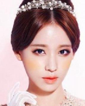 """韩式新娘发型 经典的盘发演绎了""""赫本式复古""""造型"""