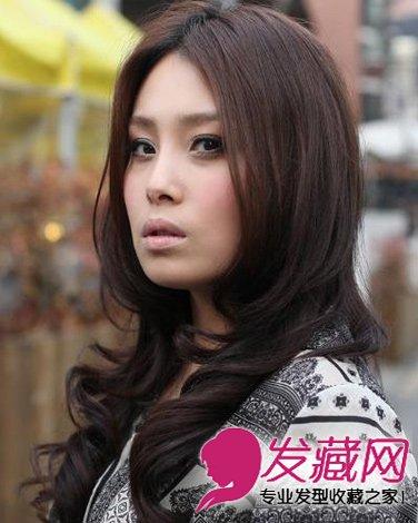 发型网 发型设计 卷发发型 > 棕色系中侧分的刘海卷发 方脸女生的福星图片
