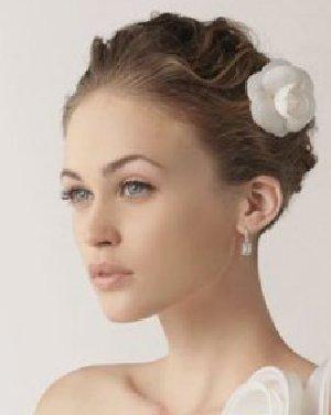 显得更为优雅随性 露额的新娘发型设计