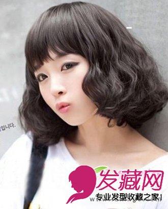 蓬松的蛋卷头烫发放置在脸颊的两侧,充满时尚感,自然的黑发,优雅大方.图片