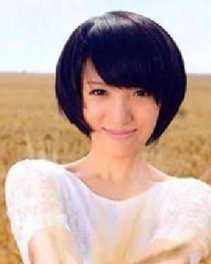 蘑菇头的短发发型设计 非常的贴合脸颊