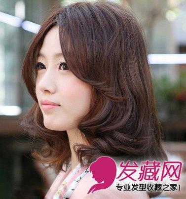 导读:中长发梨花头 大脸女生的首选发型 层次感的卷发造型,剪到齐肩