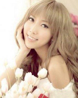 齐刘海长卷发发型  适合长脸女生的发型图片
