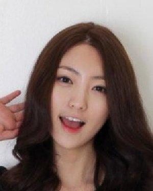 韩国网络人气美女尹雅拉