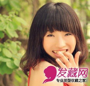 蓬松的头发,齐齐的刘海突显女生可爱的气息,搭配露肩的红色背心