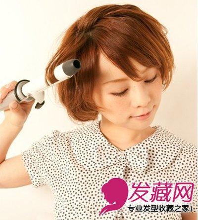 步骤二,使用l号卷发棒将发尾的卷度塑造的更加卷翘些.