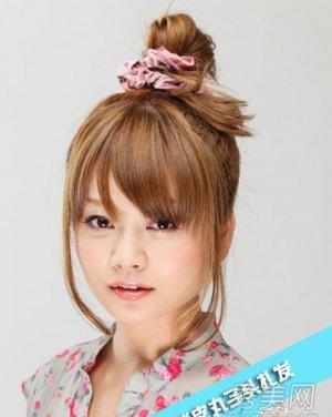 发型网 发型精选专题 > 丸子头发型扎法步骤   甜美可爱韩式花苞头的