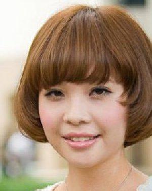 斜分的大片刘海搭配上简单的齐耳短发造型日期: 13-08-02 点击: 184图片