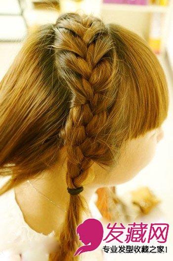 第二步:编发按照蝎子辫的编发,一直延伸到右耳耳侧,将剩下的头发