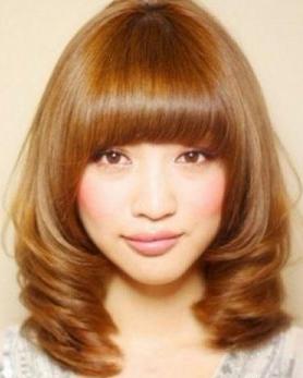 蓬松丰盈的女生短发一直是夏季的专属造型,在简单短发中加入染发,烫发图片