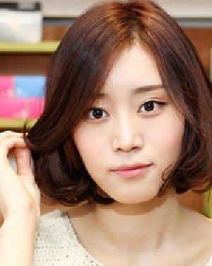 韩国街拍时尚发型; 沙宣梨花烫中短发发型; 蓬松空气感烫发发型 中发