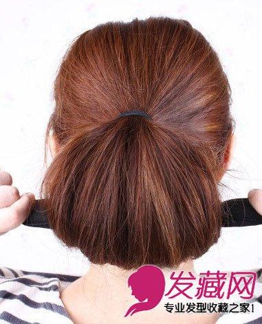 导读:今夏流行diy编发 韩式花苞头扎法图解 将海绵盘发器平行往下绕.图片