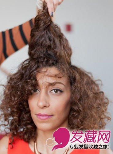 造型步骤: step   云云将头发分成两侧和发顶三个部门,将发顶的头发拉