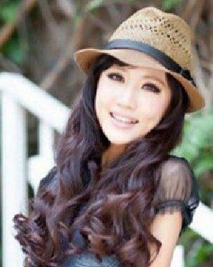 斜分刘海长卷发发型 时尚发型为秋季添色彩