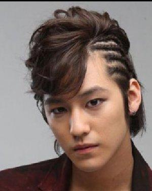 最新男士帅气发型 斜刘海的男生烫发发型
