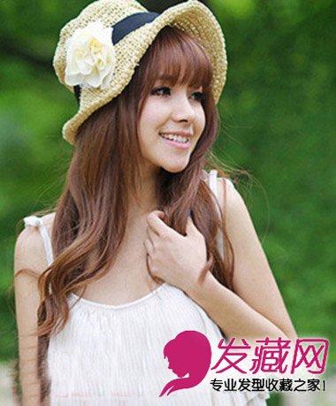 显得清纯可爱,戴一个小帽子在绿色的背景下更显清新自然.