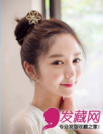 韩式丸子头清纯减龄,佐以素色花朵发饰点缀,甜美可爱.