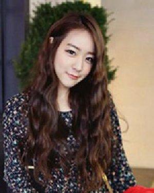 要想有效显脸小,韩式中长发卷发发型可是不能错过的.