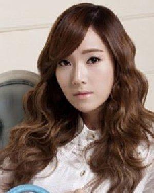 自然的斜刘海卷发乖巧中带着甜美 韩式长卷发时尚超瘦脸