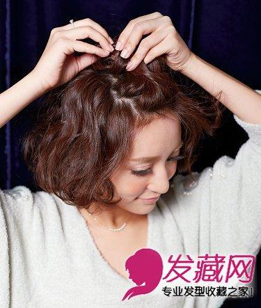 将前侧刘海向上扎,注意不要全部抽出形成可爱小巧的丸子.