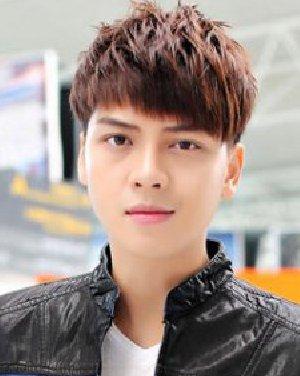 碎刘海突出男生帅气的脸庞 8款短发最热图片