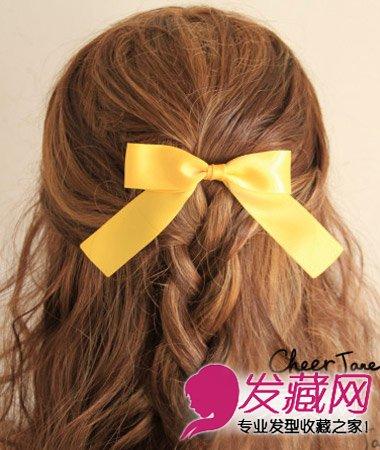 半披肩的公主头扎发的进阶版,搭配麻花辫编发让整体发型更显精致