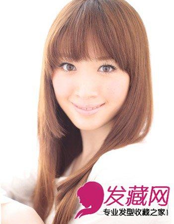 导读:齐刘海直发发型九: 这是一款既显甜美又带着可爱范的发长直发图片