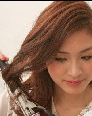 额头上斜编织的麻花辫发型 时尚天生丽质图片