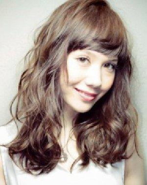 2015女生斜刘海发型图片 发丝蓬松有弹性图片