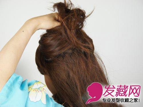 导读:简单马尾扎发教程图解三: 把备用的头发用手扎起来.