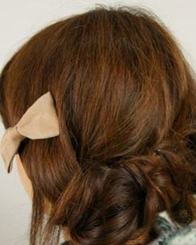 韩式编发盘发扎法图解 亚麻色的发丝染色给人清新感