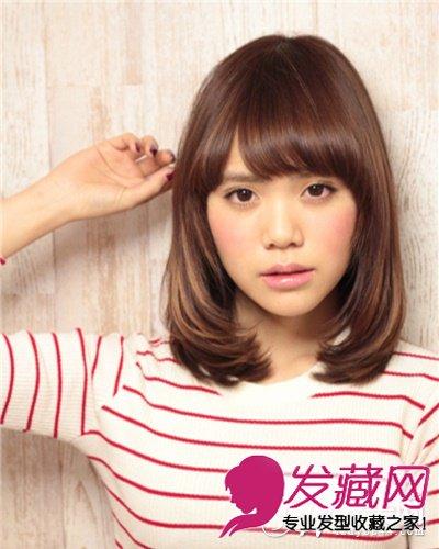 甜美女生梨花头发型,刘海采用斜侧分线,并打造出内卷的弧度,将