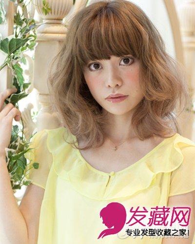 发型网 发型图片 短发发型图片 > 头发少的斜分刘海及肩卷发 短发发型