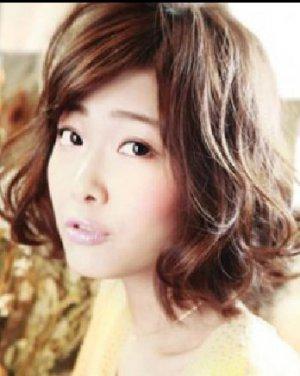 蓬松波波头短发发型 时尚减龄一