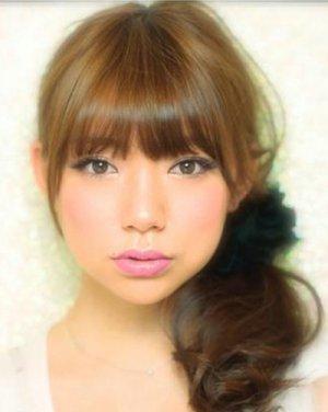 深棕色齐刘海甜美又可爱发型 甜美又时尚