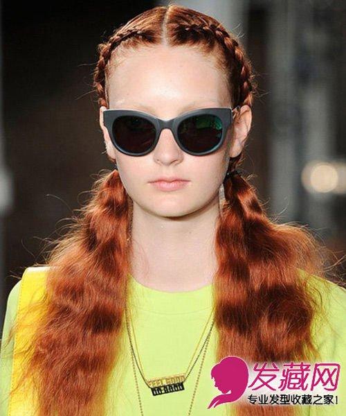 发型网 女生发型 马尾发型 > 春季马尾怎么扎好看 直发马尾辫扎发简单图片