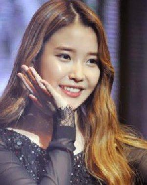 最新韩式卷发发型图片 中分水波纹烫卷发发型