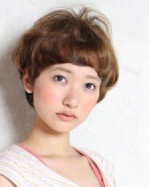最新短发烫发发型 棕色的染发时尚晋升