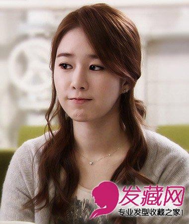 淑女气质的一款韩式公主头发型扎发,简单的半披肩发型搭配微蜷的 烫发图片