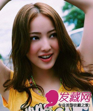 方脸妹子超显瘦(6)  导读:中分 刘海发型 设计,卷发打造出外翻的波浪图片