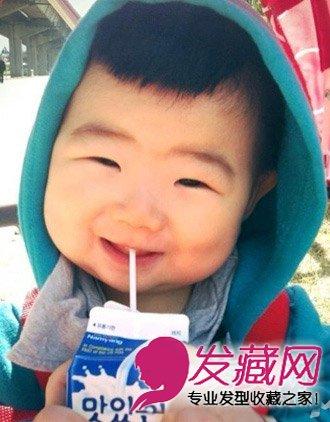 小眼睛笑起来憨态可掬,短俏的小男生 发型 ,卫衣帽子喝牛奶超萌.