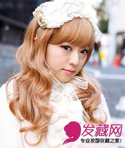 这款韩式的烫发发型适合小萝莉们,披肩的长发从发丝烫波纹式的卷图片
