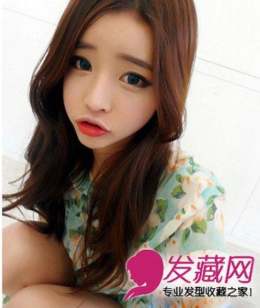 适合圆脸韩式发型扎法(6)  导读:甜美的韩式中分 中长发 烫发 ,这款烫图片