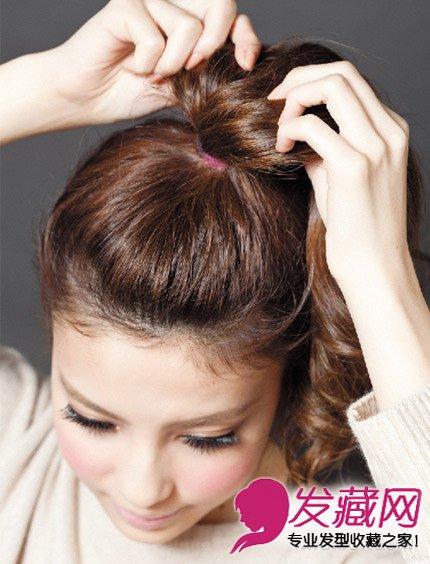 发型网 女生发型 马尾发型 > 新潮马尾辫扎法图解 有活力更时尚(4)图片