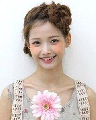 刘海编织盘绕成花苞形状的发型