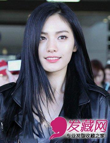 呈现出一种东方女孩特有的独立直率感,侧分的修颜发型,黑皮衣,干练图片