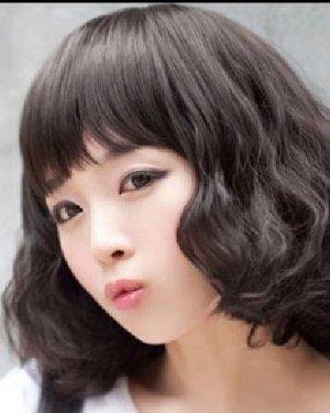 自然色的齐肩短发发型 烫成卷发的发型