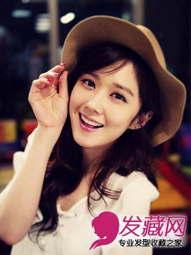 副标题 style1 三七分刘海,烫卷长发造型,搭配可爱棕色帽子和动人微笑