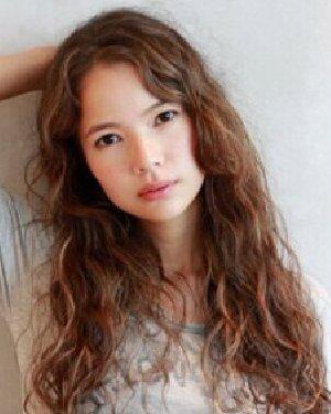 蓬松蛋卷头发型 时尚卷发发型推荐